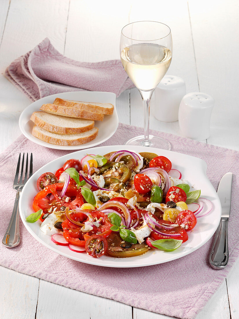 Paradise salad with red onions