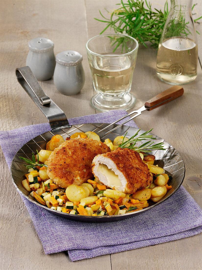 Cordon bleu mit Gruyere auf Zucchini-Kartoffel-Gemüse