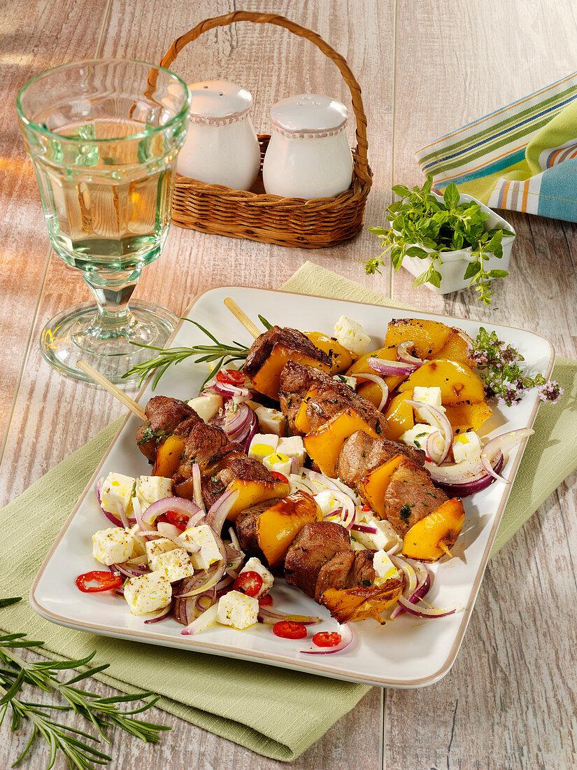 Souvlaki (griechische Schweinefleischspieße) mit Feta