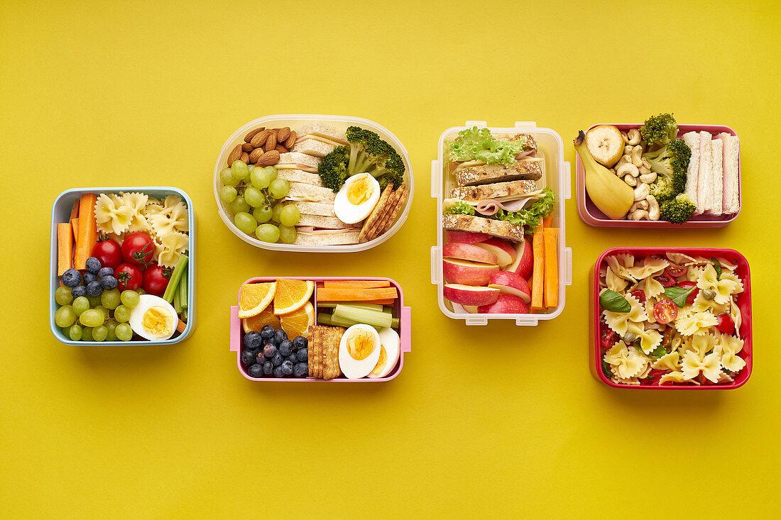 Schul-Lunchboxen mit verschiedenen gesunden Mahlzeiten