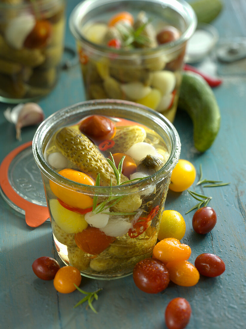 Gherkins with cherry tomatoes and pearl onions