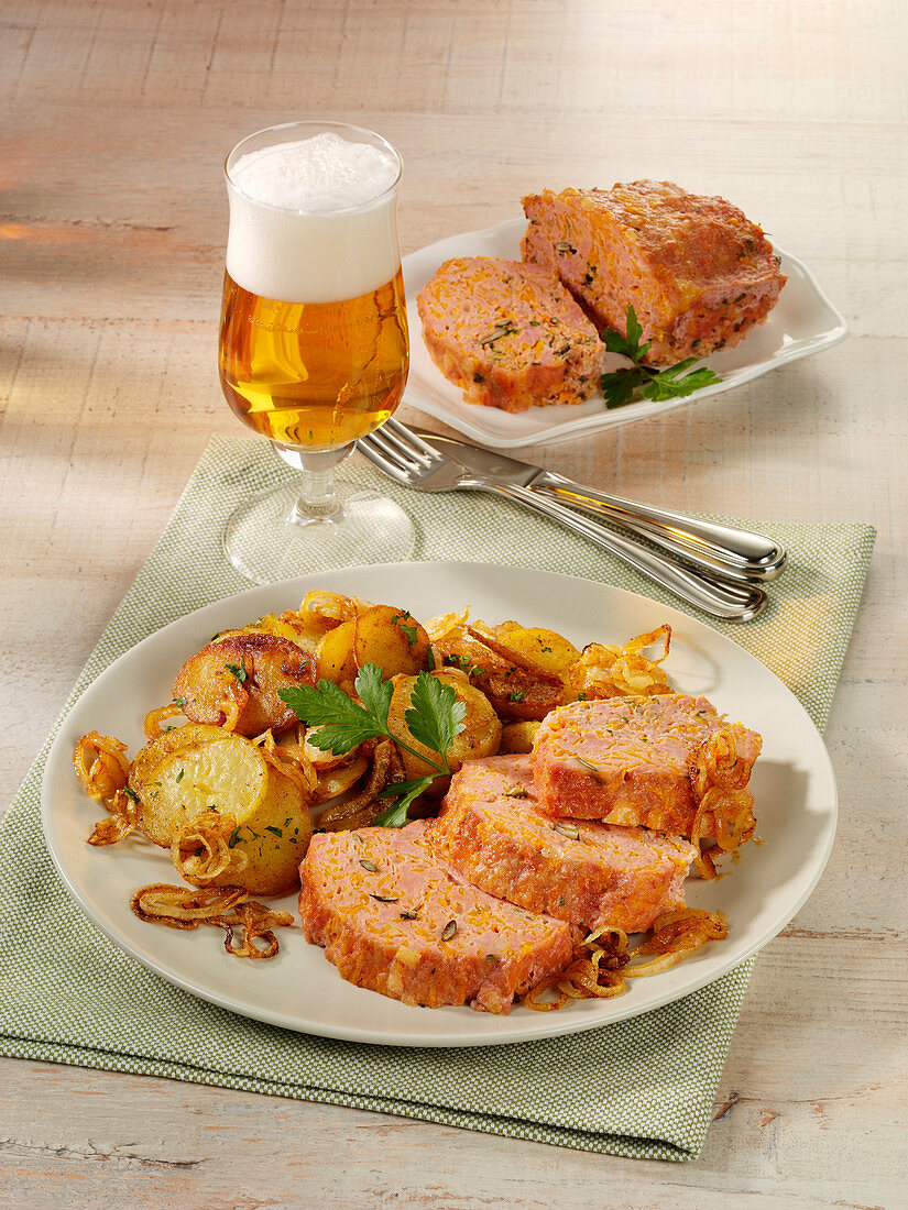 Kürbis-Fleischkäse mit Bratkartoffeln