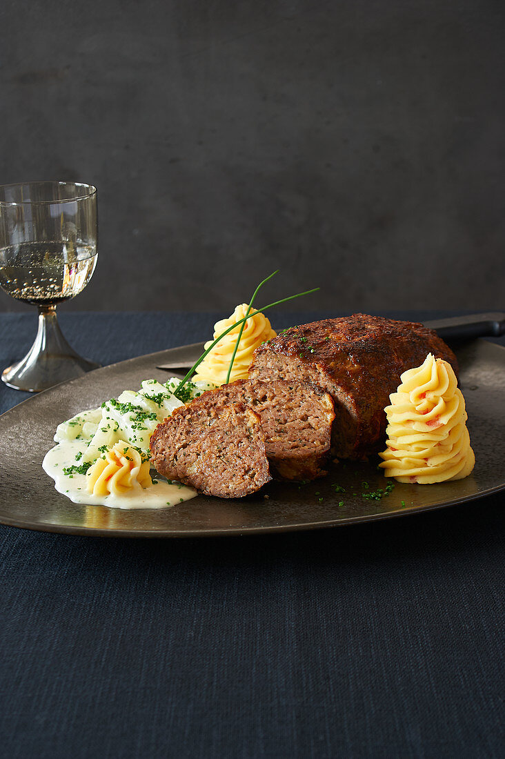 Meatloaf with cream kohlrabi and mashed potatoes