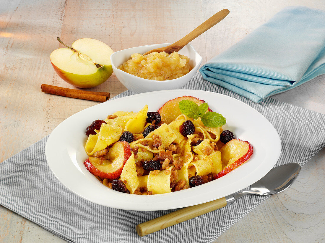 Sweet crumb noodles with applesauce