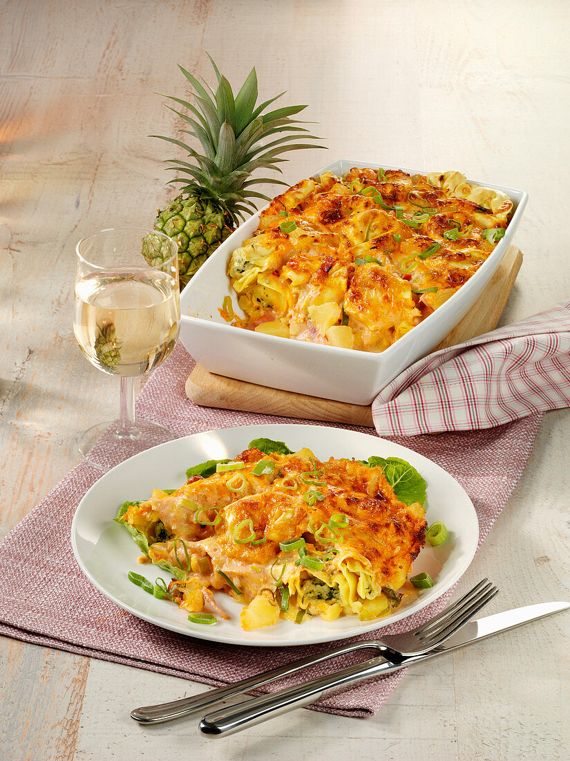 Tortellini bake 'Hawaii' with pineapple, ham and cheese