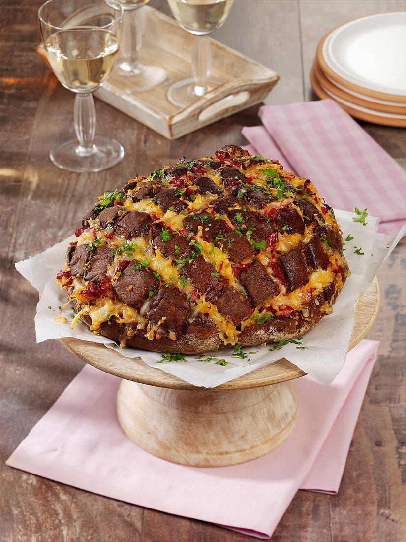 Zupfbrot mit Pastrami, Käse und Sauerkraut