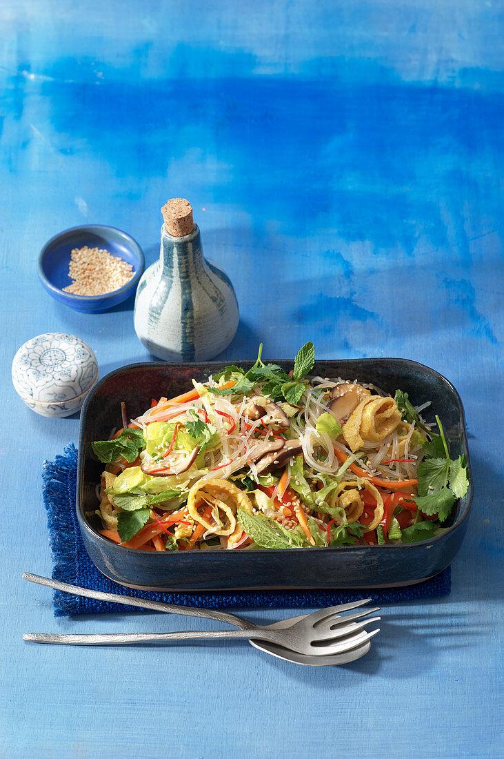 Koreanischer Glasnudelsalat mit Shiitake und Omelettstreifen