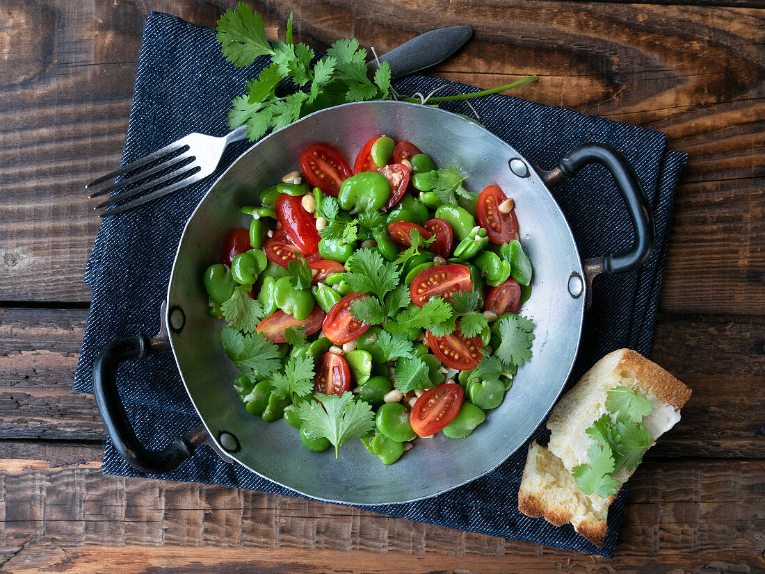 Broad bean salad with tomatoes and parsley
