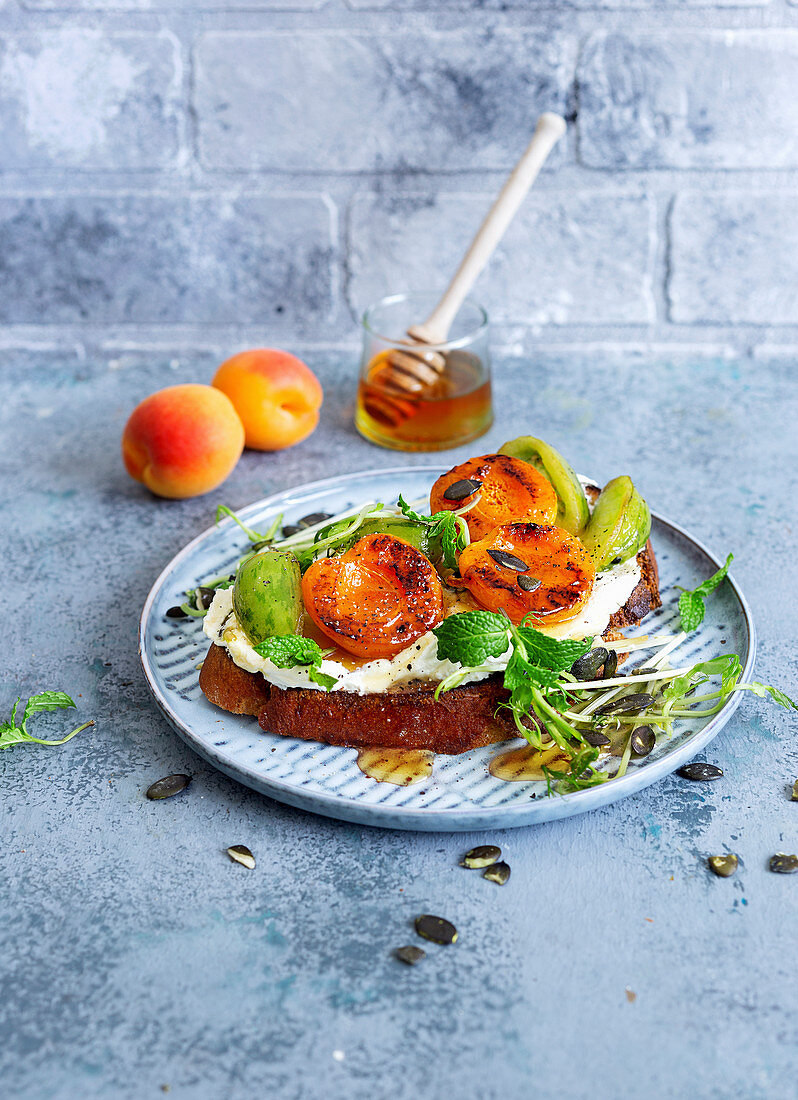 Bread with goat's cheese, green tomatoes and apricots