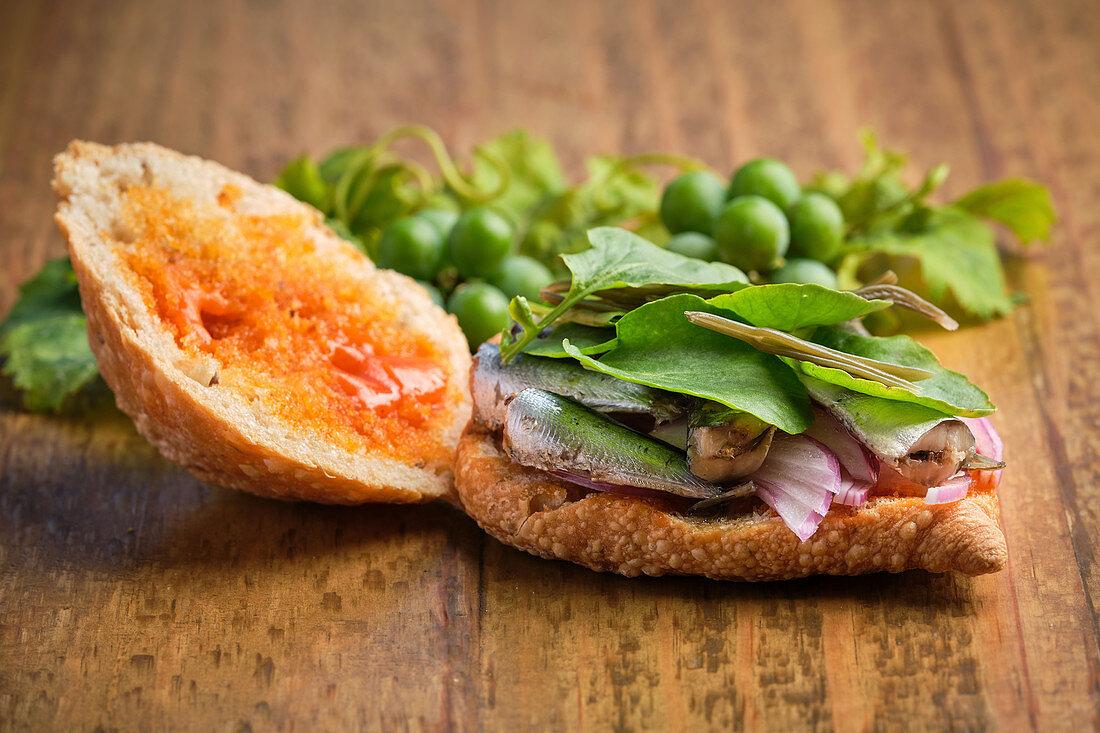 Open Sandwich mit Sardinen, Fleisch und verschiedenen Gemüsesorten