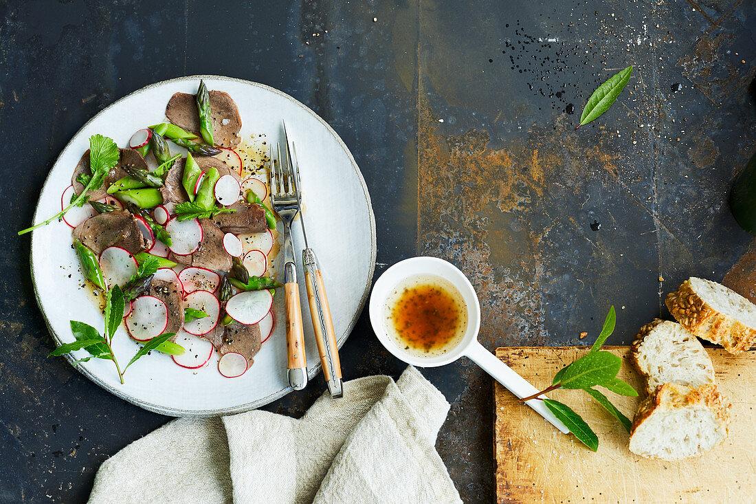 Gekochte Rehschulterscheiben mit Spargel-Radieschen-Salat
