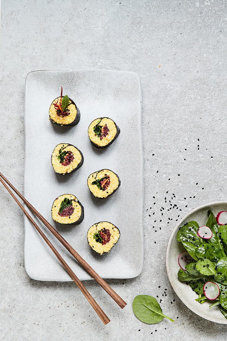 Sushi mit Kurkuma-Blumenkohlreis