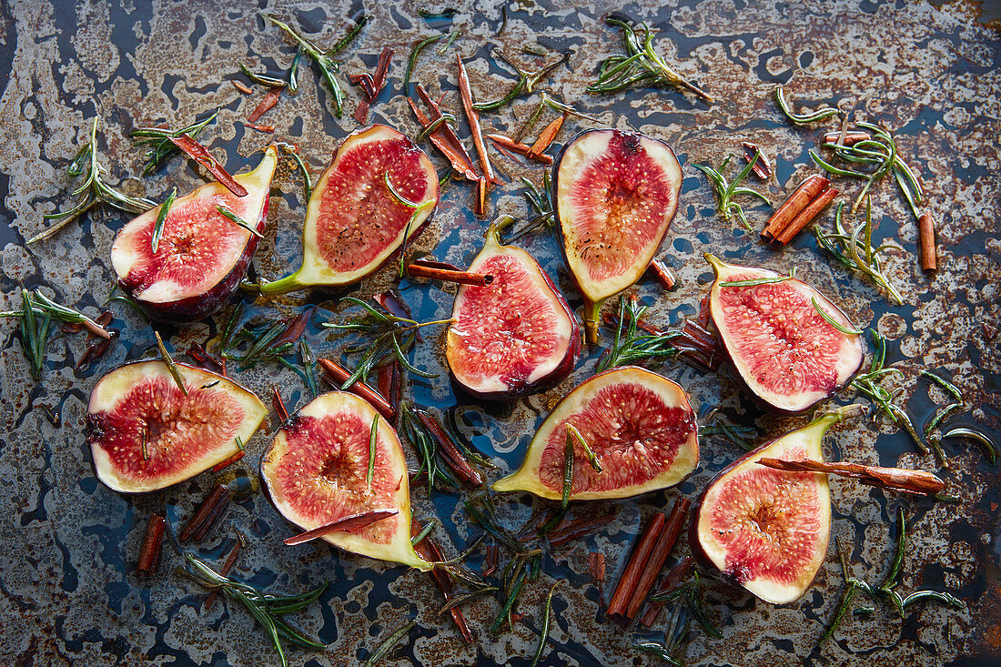 Figs with honey, rosemary and cinnamon on a baking tray