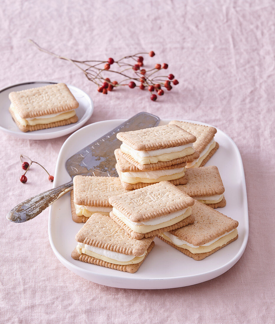 Biscuit sandwiches with pudding cream