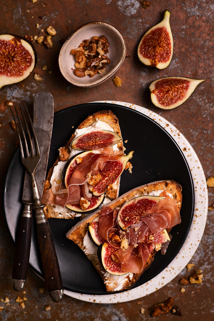 Autumn toasts with goat cheese, figs , walnuts and Parma ham