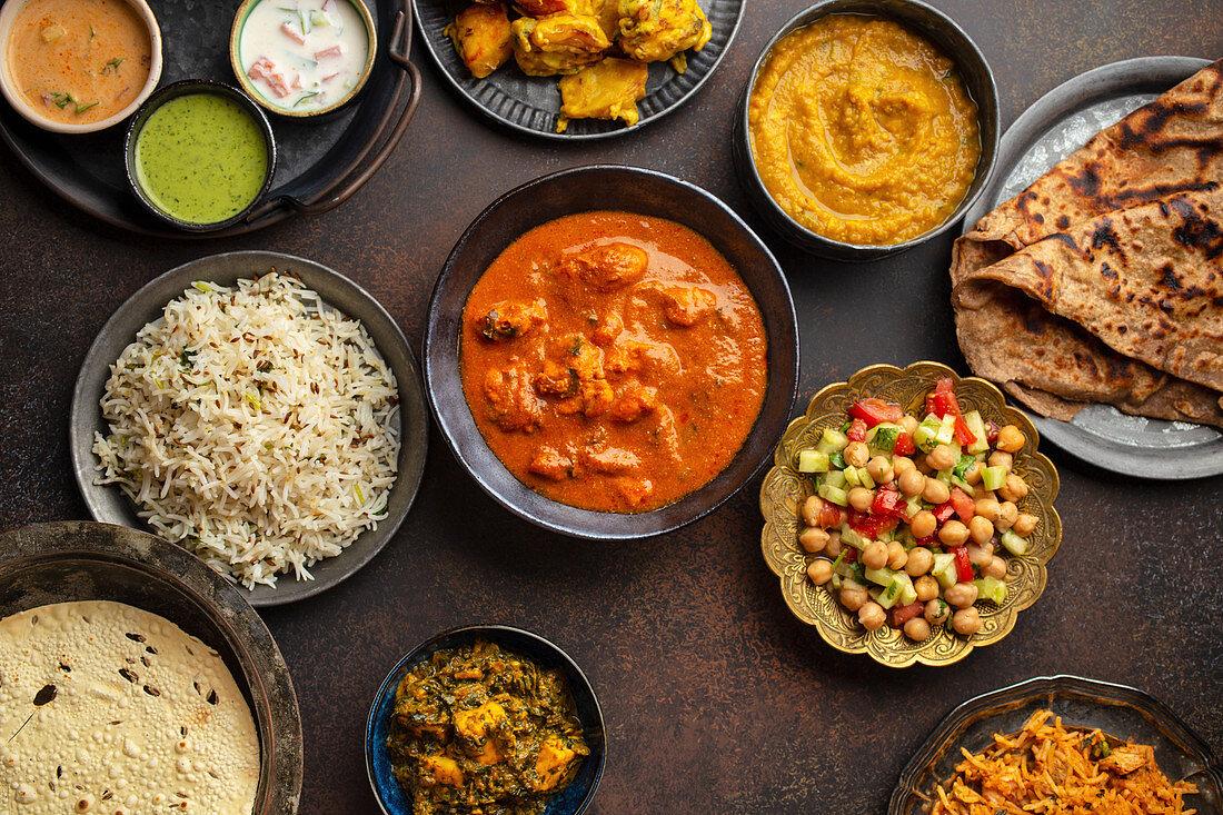 Verschiedene Gerichte, Snacks und Dips aus Indien