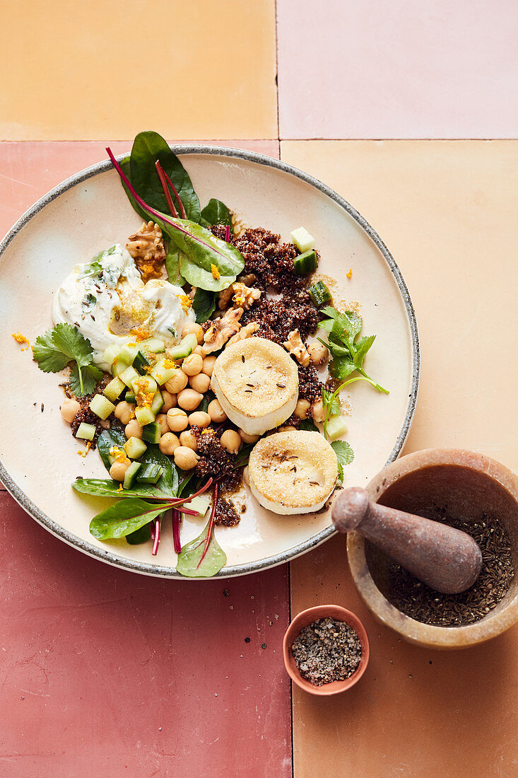 Cañihua with chickpeas, tahini dressing and goat's cheese