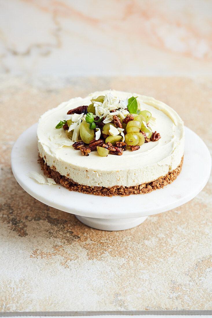 Weisser Schokoladenkuchen mit Weintrauben und Pecannüssen