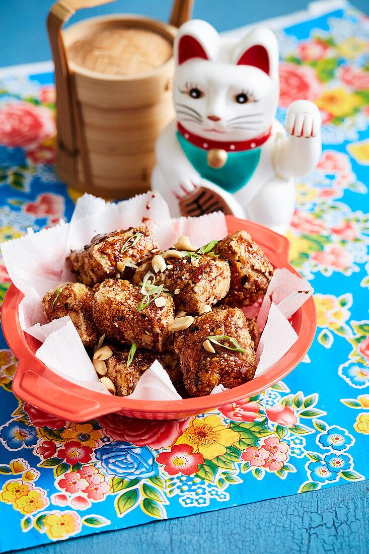 Gebratener Tofu mit Knoblauch, Zimt, Sojasauce und Gochujang (Korea)