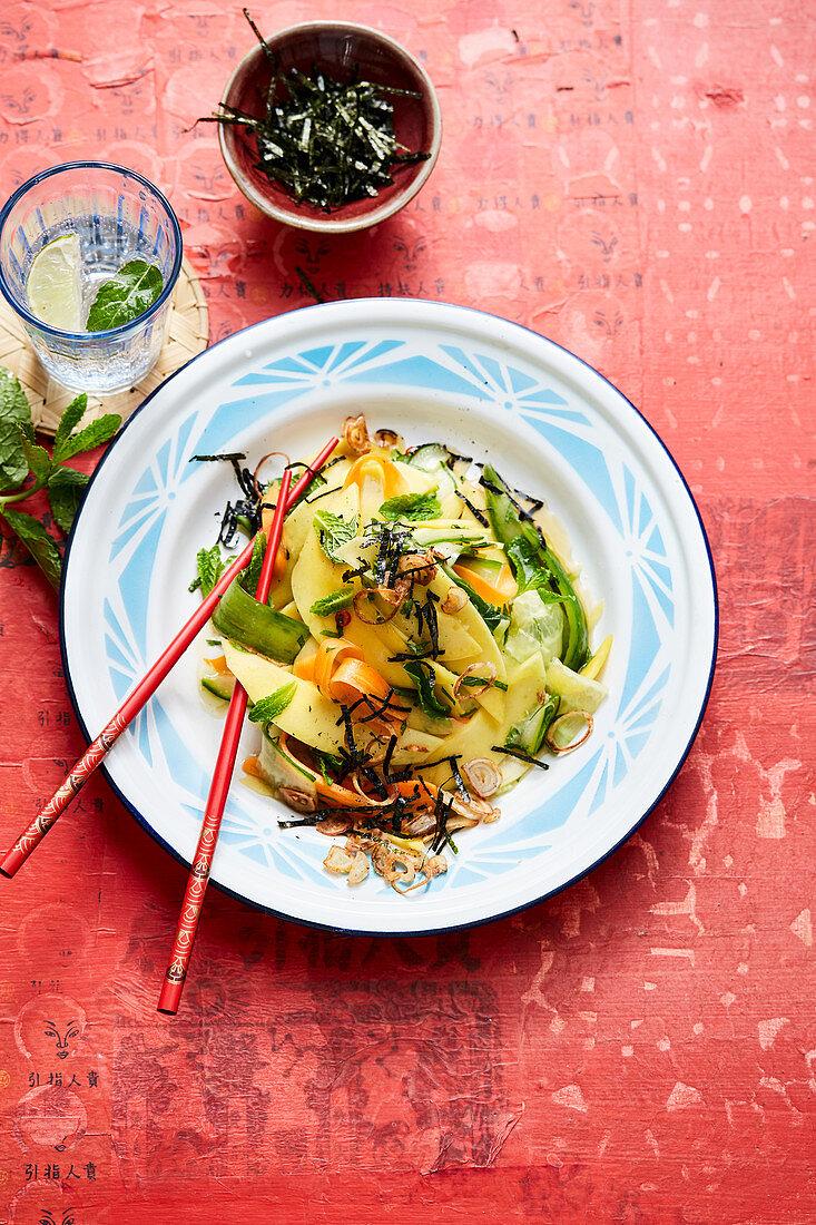 Mango salad with algae, roasted shallots, carrots and mint (Asia)