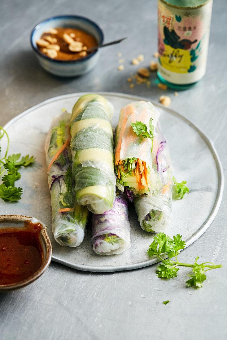 Sommerrollen mit Gemüse und Kräutern dazu Hoisin- und Erdnusssauce (Vietnam)