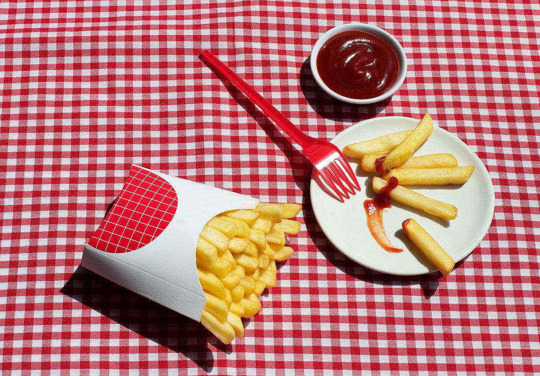 Pommes Frites in Pommes-Schütte mit Ketchup