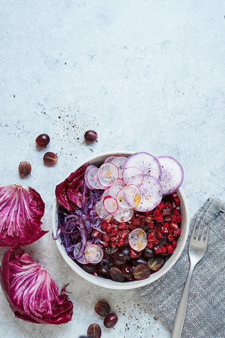 Lila Bowl mit mariniertes Rote Bete, Rotkohl, Trauben und Granatapfel