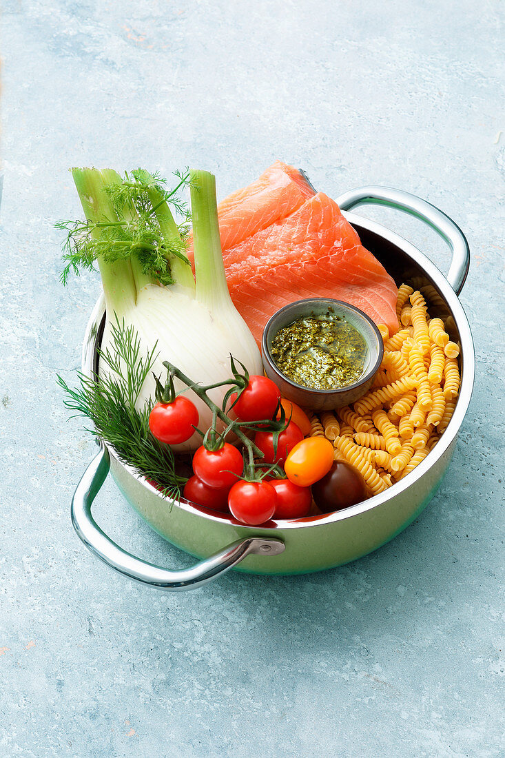 Ingredients for spirelli with salmon, fennel and pesto (one pot pasta)