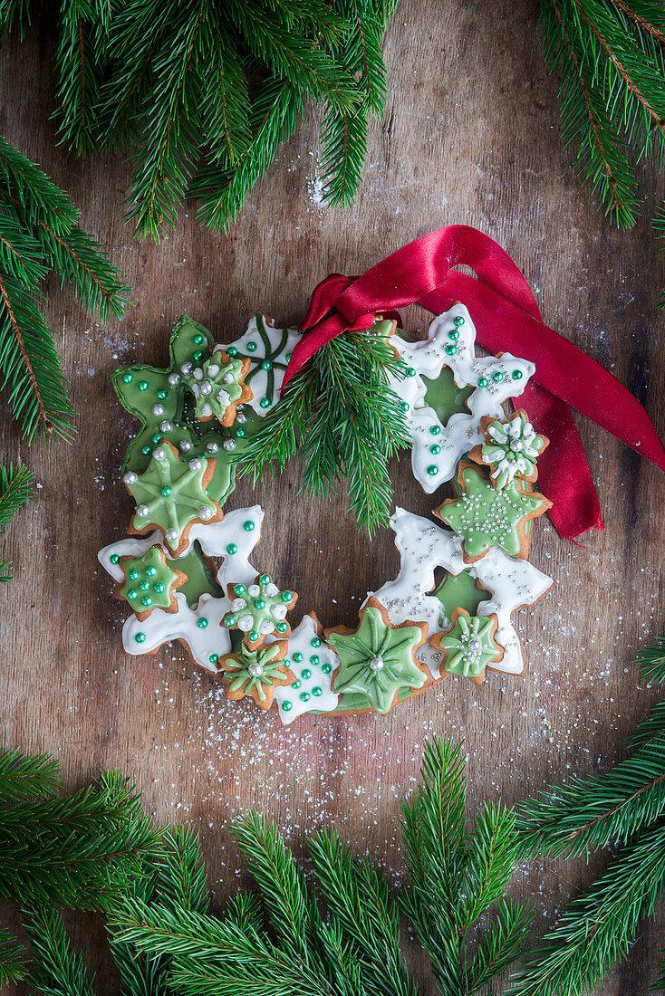 Kranz aus Weihnachtsplätzchen mit Schleife