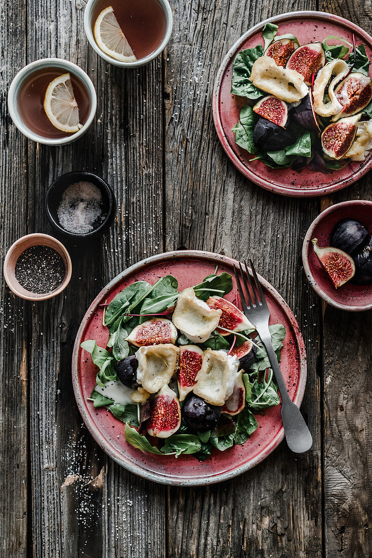 Salad with figs, goat cheese and spinach