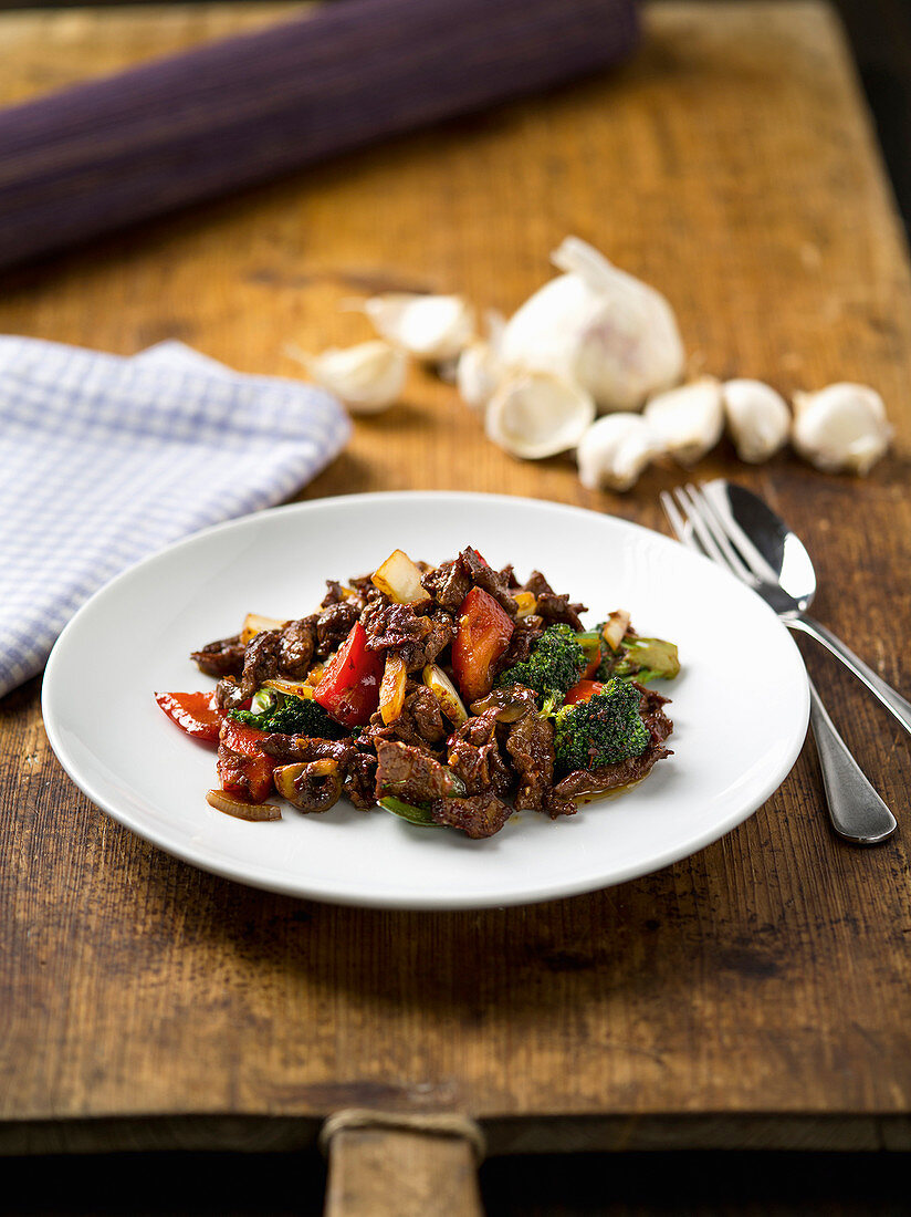 Beef with garlic and vegetables (China)