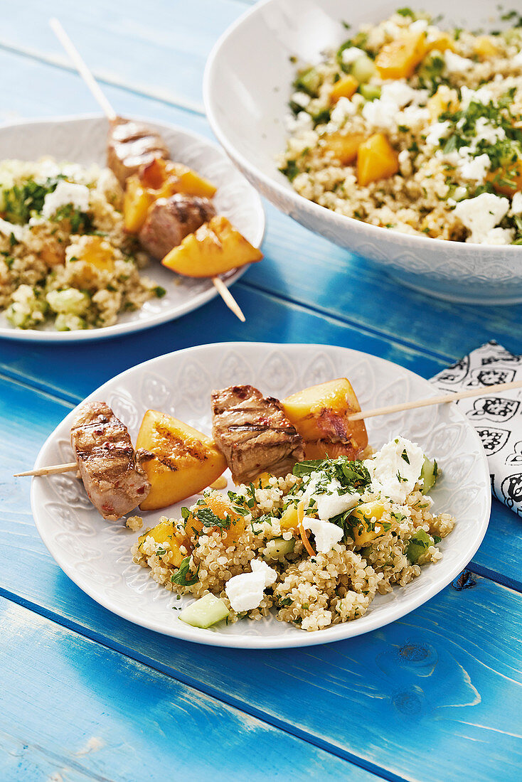 Fillet skewers with peach with quinoa salad