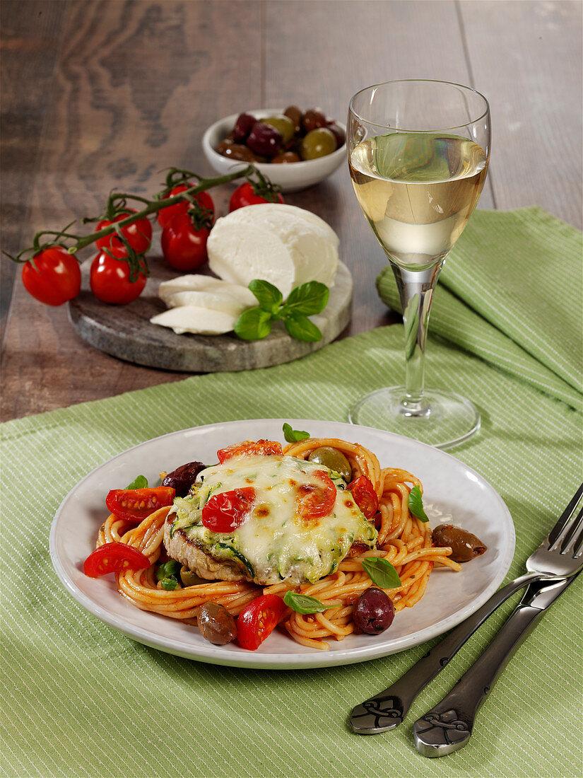 Überbackenes Mozzarella-Schnitzel auf Spaghetti
