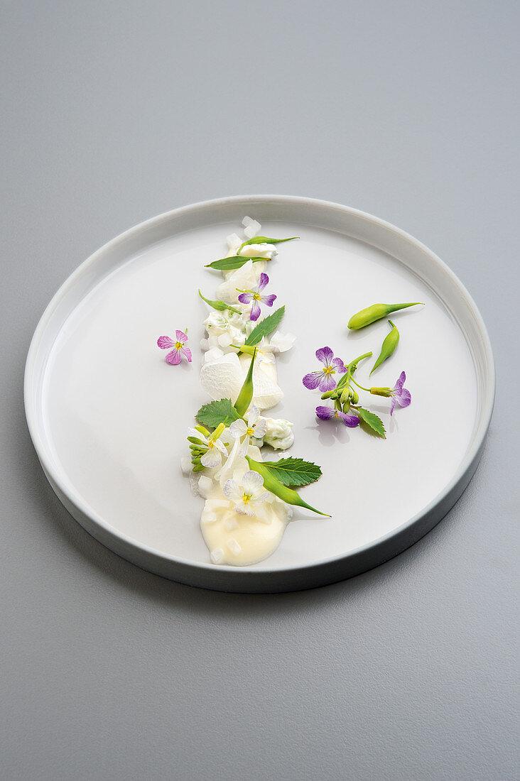 Acker-Rettich mit Zwiebelcreme und Magnolienessenz