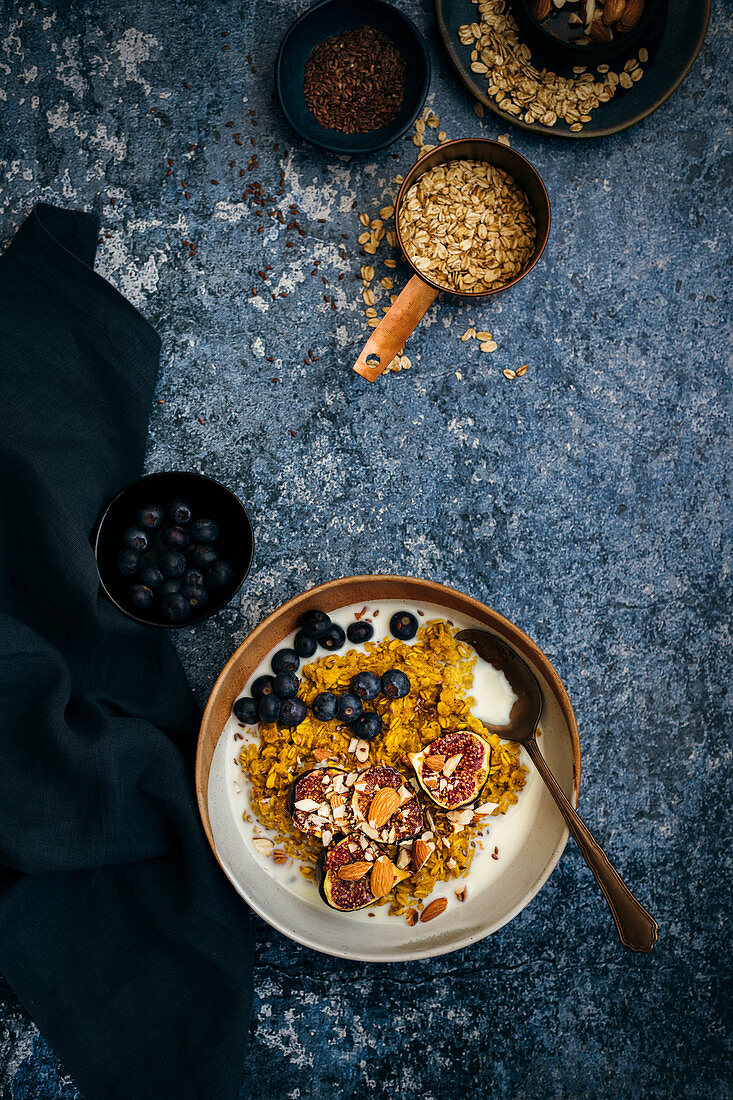 Oats with ginger, turmeric, grilled figs and blueberries