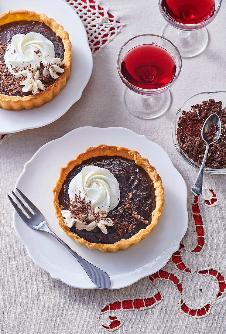 Tartlets with chocolate cream and whipped cream