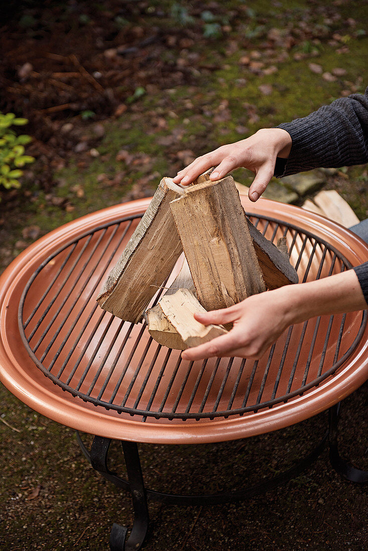 Stacking wood on a grill grate
