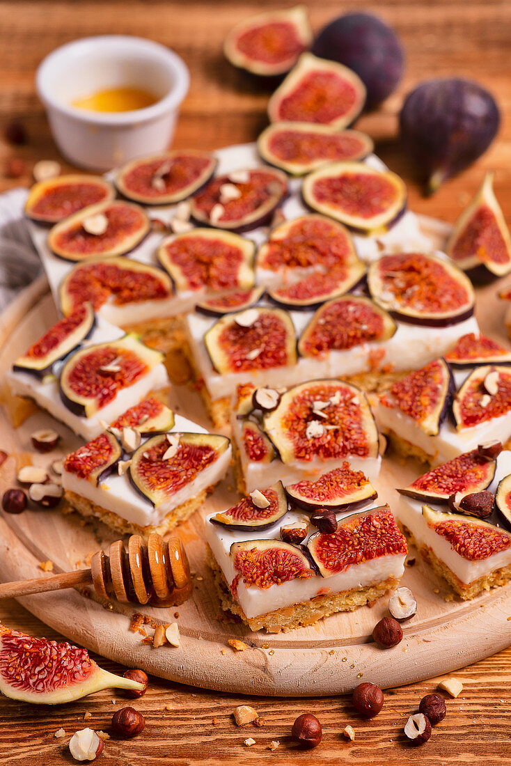 Shortcrust cake with honey figs and hazelnuts