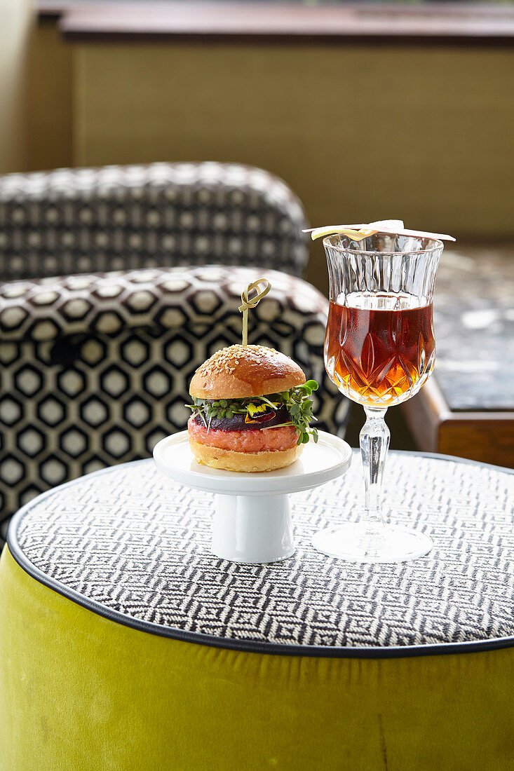 Salmon burger with beetroot and a Don-Martinez cocktail