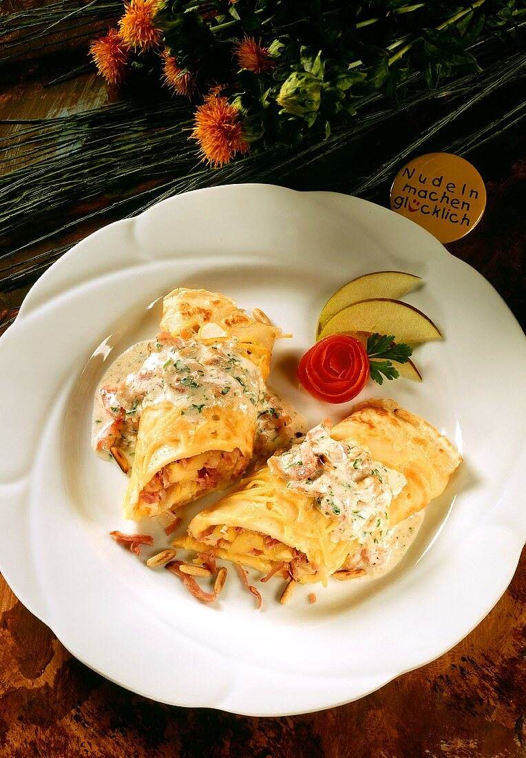 Spaghetti pancake with ham & apple filling and sauce