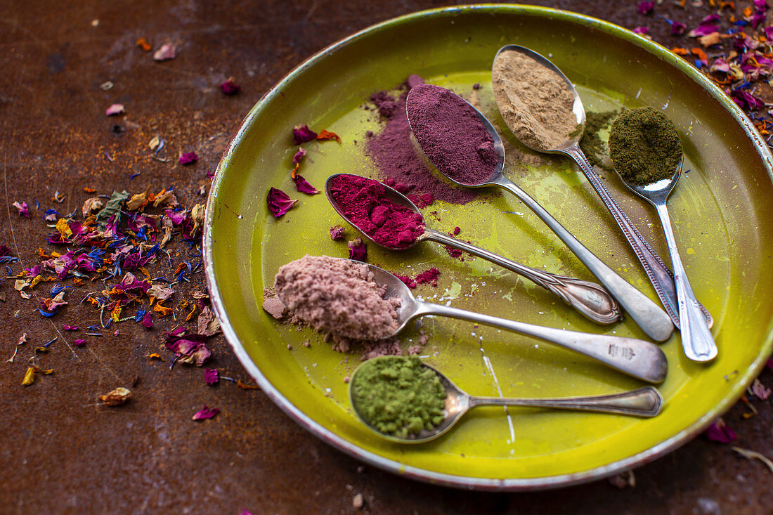 Natural food dyes for baking made from powderd edible petals