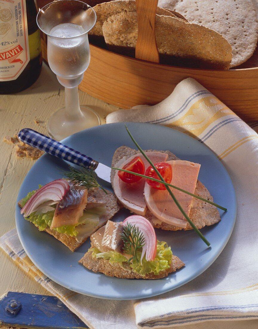 Smoerrebrods mit Matjes & mit Leberpastete & ein Glas Akvavit