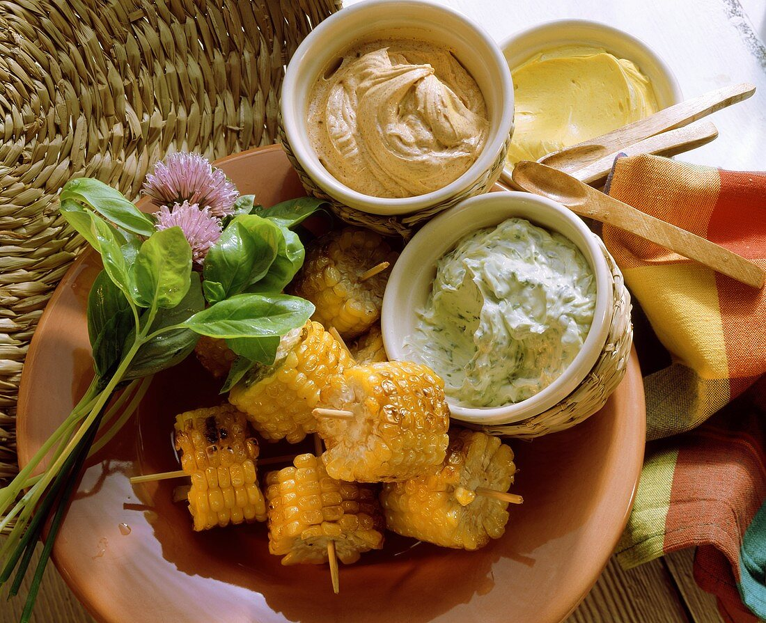 Grilled corncobs with herb-, chili- and curry butter