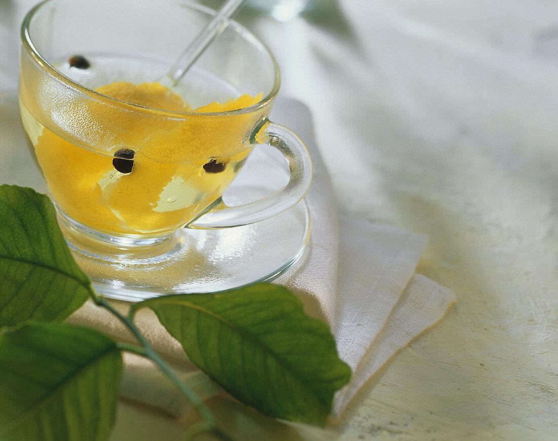 Abgekochtes Wasser mit Zitronenschale und Wacholderbeeren