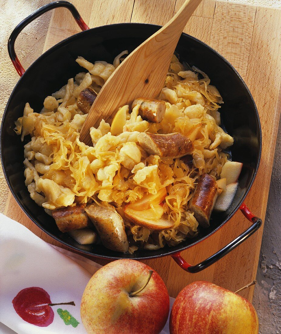 Pan-cooked cabbage, home-made noodles, sausages & apples