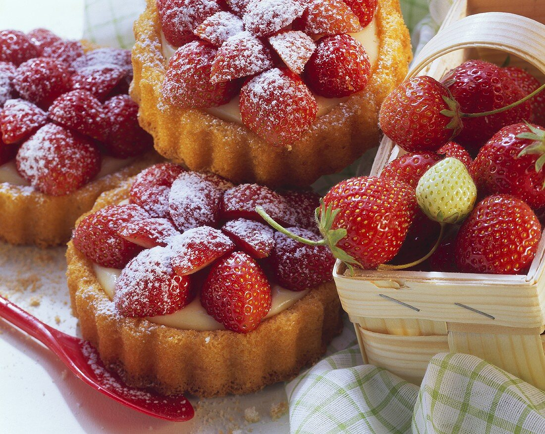 Strawberry tartlet with blancmange