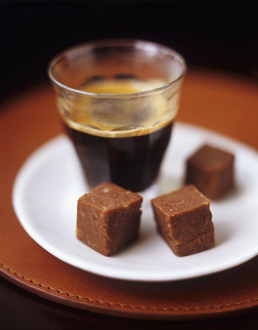 Haselnuss-Schoko-Konfekt und ein Glas Espresso