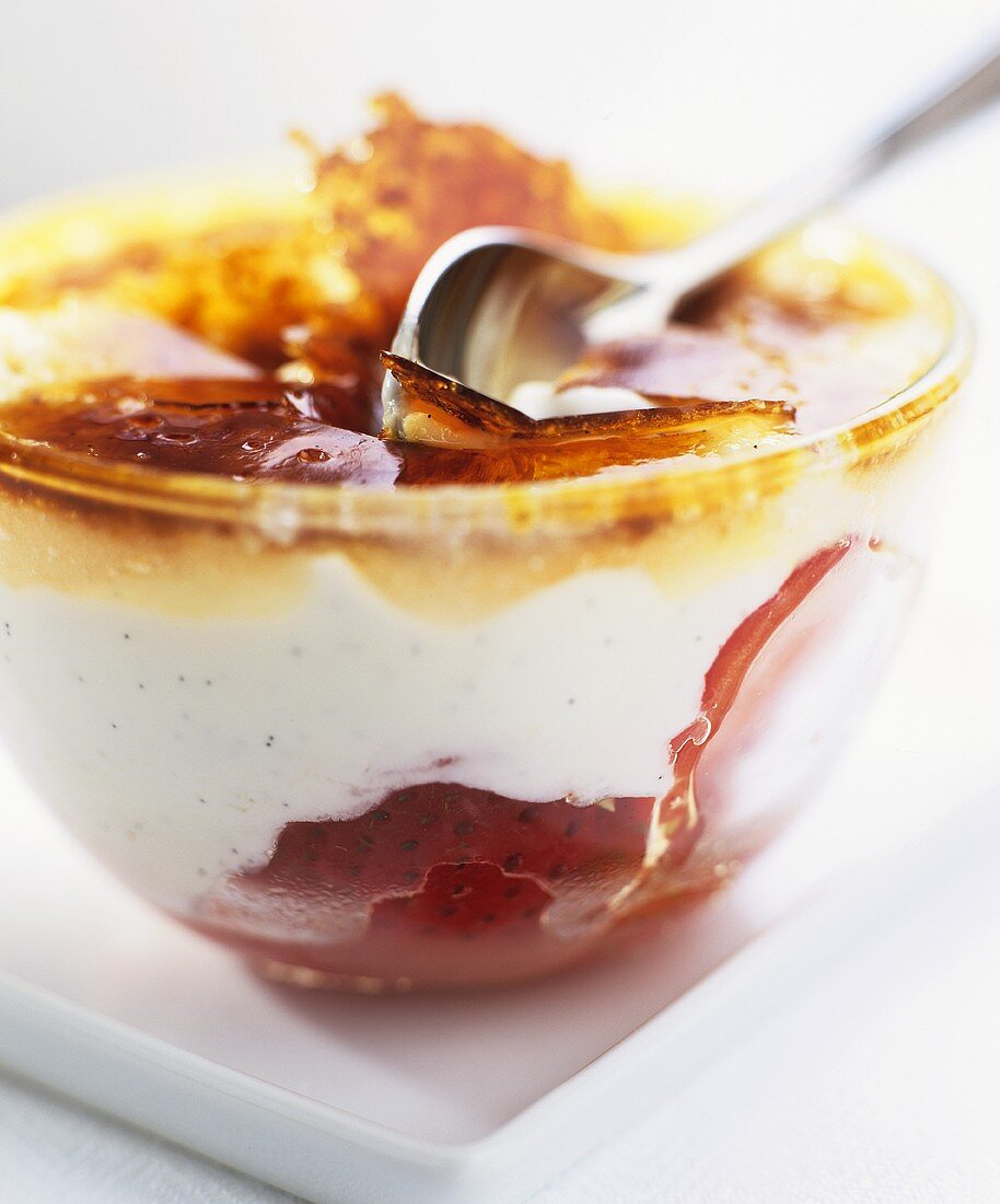 Vanilla mousse with strawberries under a caramel topping
