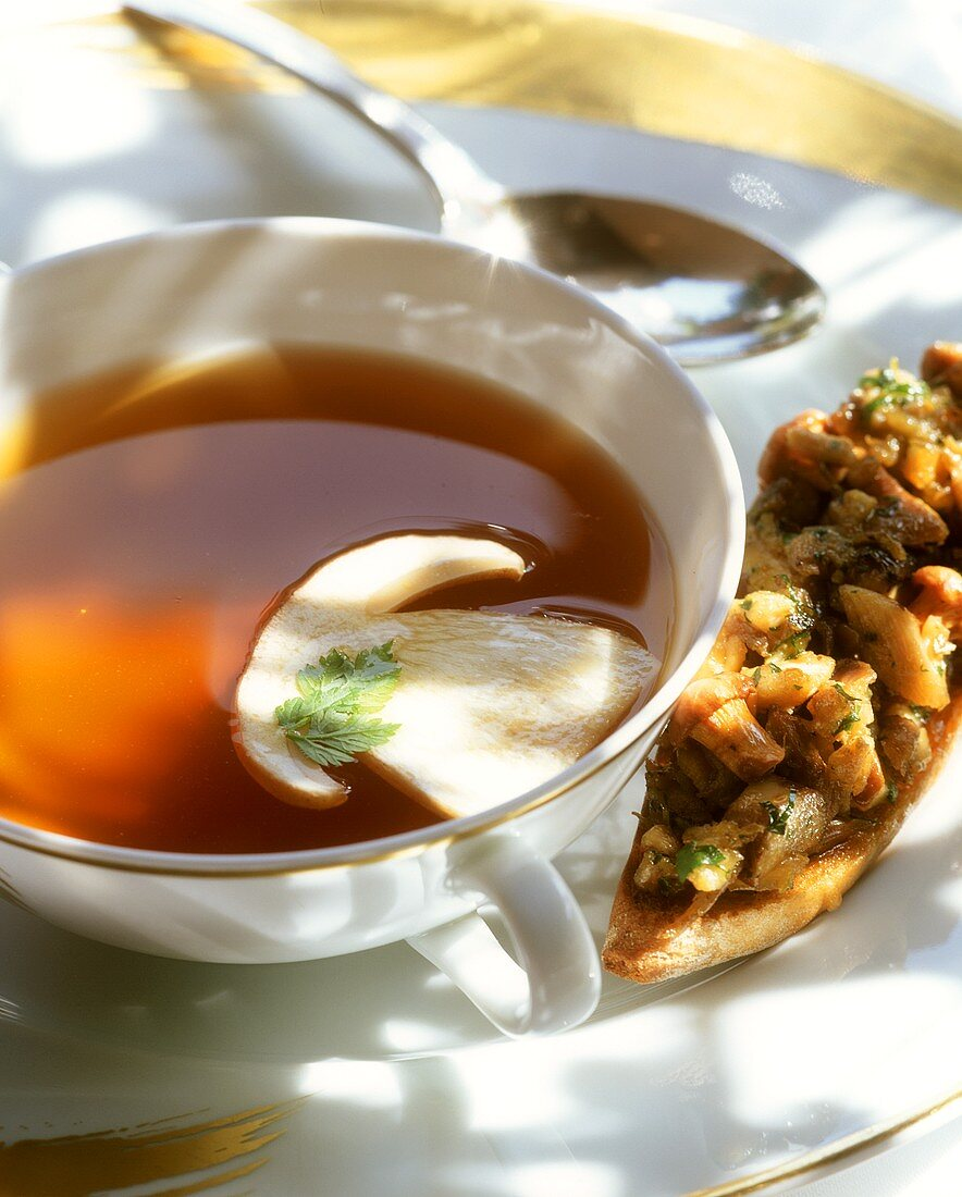 Consommé di fagiano (Pheasant consommé with cep)