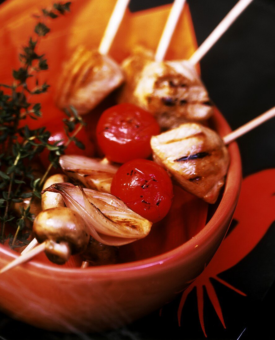 Party kebabs with turkey, mushrooms, tomatoes and onions